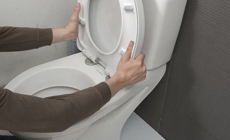 Comment changer l'abattant du WC ?